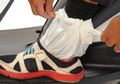Lebih Aman Sandal atau Pakai Sepatu Saat Hujan, Waspada Bahaya yang Mengincar Pemotor