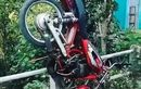 Yamaha RX S Nyangkut di Jembatan, Mesin Belum Mati, Pengendara Bisa Ditengok Dari Atas