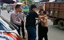Palembang Geger, Lelaki Stres Ngamuk Tenteng Balok di Tengah Jalan, Tukang Parkir Malah Asyik Baca Koran