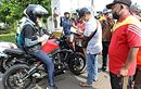 Riding Pakai Kawasaki ER-6n, Ganjar Pranowo Dicegat Relawan Tanggap Corona, Yang Nyegat Enggak Sadar Itu Gubernur