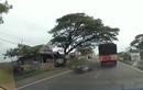 Ngilu! Gak Lihat Ada Lubang, Pemotor Yamaha NMAX Terpelanting di Jalanan, Helm Sampai Terlepas