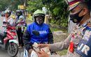 Tidak Hanya Menindak Pelanggar Lalu Lintas, Satlantas Polres Sukoharjo Juga Bagikan Masker Saat Operasi Patuh Candi 2020