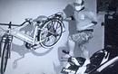 Detik-detik Pelaku Pencurian Sepeda di Rumah Mewah, Panjat Pagar Setinggi 2 Meter dan Berdiri di Atas Motor