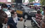 Kena Razia Masker, Pemotor Ini Akalin Polisi Pakai Kantong Kresek