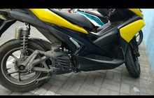 Aneh Banget, Pemotor Gak Sadar Knalpot Yamaha Aerox Copot, Netizen Ikut Kebingungan