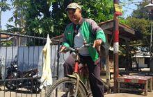 Sedih, Duit Terkuras Buat Servis Motor, Eko Si Driver Ojol Bertahan Antar Pesanan Naik Sepeda