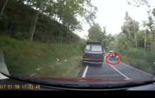 Tega Banget, Pemotor Bersenggolan dengan Truk Sampai Terguling, Sopir Truk Tetap Jalan Terus