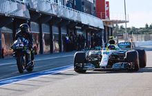 Kepergok Valentino Rossi Pakai Helm Merek Lain Saat Bawa Mobil F1 Lewis Hamilton?
