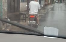 Bikin Geleng Kepala, Pengendara Honda Blade Pakai Payung Saat Hujan Lebat, Cuek Diombang-ambing Angin