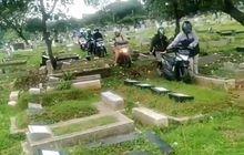 Gak Takut Kesurupan? Gerombolan Pemotor Nekat Terobos Pemakaman Umum, Alasannya Klasik Banget