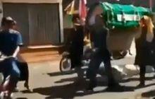 Panik Berujung Kesal, Jenazah Mendadak Jatuh dari Keranda di Tengah Jalan, Pemotor Kocar-kacir