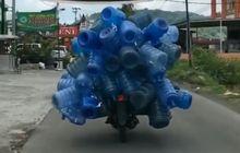 Cuma di Indonesia! Tukang Anter Galon Pake Honda Revo  Mirip Transformer, Gak tangung-tangung yang dibawa