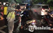 Perang Lawan Covid-19, Polisi Semprot Disinfektan ke Semua Pengendara Motor di Surabaya