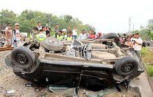 Pemotor dan Warga Histeris, Daihatsu Xenia Ambyar Dihajar Kereta Api,  Polisi dan Kekasihnya Kritis