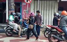 Patut Dicontoh, Ikut Perang Lawan covid-19, Wartawan Bagikan Hand Sanitizer ke Pengendara Motor