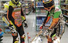 Kocak, Pakai Wearpack Lengkap dan Helm, Dua Pembalap Ini Belanja di Mini Market, Biar Gak Kena Corona?