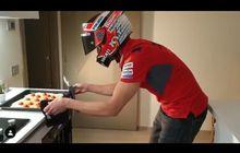 Bikin Senyum, Test Rider MotoGP Kelamaan Gak Ngegas Motor, Bikin Pizza Aja Pakai Helm