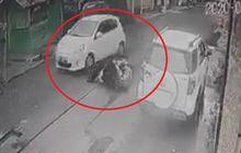 Brak! Oleng Hindari Lobang Bekas Galian, Pemotor Nyungsep Disundul Mobil