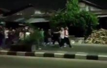 Pemotor Berhamburan! Puluhan Remaja Tawuran di Tengah Jalan, Terjatuh  Langsung Dihujani Bacokan, Netizen: Mati Gak Ya?