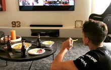 Asyik Banget, Marc Marquez Pantau MotoGP Teruel 2020 dari Televisi Sambil Nyemil Keripik