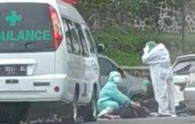 Enggak Mau Ngalah, Emak-emak Naik Honda BeAT Mental Diseruduk Ambulans