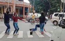 Viral Video Joget Tiktok di Lampu Merah, Endingnya Tertunduk Lesu