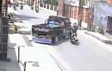 Video Pengendara Motor Tabrak Mobil Sedang Putar Balik, Lagi Bengong?