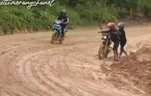 Lewat Jalan Berlumpur, Motor Trail Malah Dibikin Malu Motor Bebek