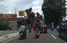 Pengendara Motor Ini Punya Niat Baik Malah Berujung Apes, Kenapa Nih?