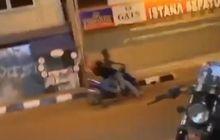 Nyalain Petasan di Pinggir Jalan, Pemuda Ini Bikin Pemotor Tersungkur