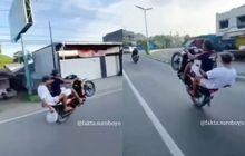 Viral Video Anak Muda Naik Motor Wheelie Sambil Boncengan, Endingnya Sesuai Harapan