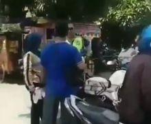 Geger, Emak-emak Ngamuk dan Ajak Debat Polisi Soal Helm Saat Mau Ditilang, Polisi Bengong