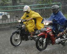 Bikin Celaka! Riding Pakai Jas Hujan Ponco Saat  Hujan? Duh Jangan Deh Bikers, Ini Dia Alasan dan Bahayanya