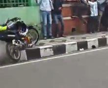 Video Detik-detik Penonton Nyaris Kehilangan Nyawa Tersambar Motor, Pembalap Terpental