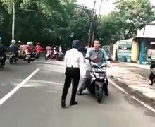 Video Petugas Dishub Hilang Wibawa Dimaki Pemotor yang Lawan Arah, Ban Bocor Jadi Alasan
