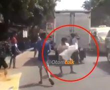 Video Bajing Loncat Santai Menjarah Barang dari Mobil Box, Kondisi Jalan Macet, Pemotor Cuek