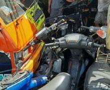 Brakk...Warga Kaget dan Berhamburan ke Jalan Raya, 4 Motor Remuk Diseruduk Mobil