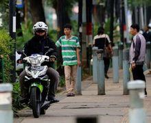 Street Manners: Ancaman 2 Bulan Penjara, Pemotor Masih Bandel Melintas di Trotoar