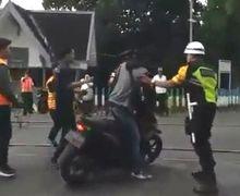Viral! Video Pemotor Nekat Trobos Perlintasan Hampir Tertabrak Kereta Padahal Dihalau Petugas