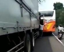 Jalur Bojonegoro Macet, Video Sopir Bus Bentrok dengan Sopir Kontainer, Pemotor Nyaris Jadi Korban