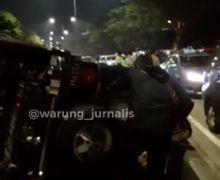 Pakai Yamaha NMAX Jambret HP, Pemilik HP Langsung Kejar Pakai Jeep Rubicon, Mobil Terbalik Tabrak Separator Busway.