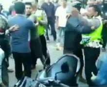 Jalanan Mendadak Macet, Video Pemotor Lawan Arah Ngamuk, Maki-maki dan Pukul Polisi yang Bertugas