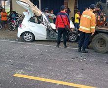 Atap Honda Brio Terangkat Hantam Bus AKDP, 2 Tewas Terjepit Bodi Mobil, Pemotor Ketakutan