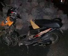 Honda BeAT Hancur Jok Sampai Copot, Pemotor Terkapar di Depan Tumpukan Batu Kali