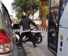 Video Pemotor Tiba-tiba Jadi Kuat Angkat Motor, Ternyata Dikejar Polisi Karena Masuk Jalur TransJakarta
