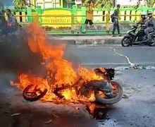 Bekasi Mencekam, Terjatuh Saat Sedang Beraksi Motor Pelaku Pembegalan Dibakar Warga