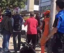 Barbar, Video Driver Ojol Terlibat Perkelahian Lawan Pengemudi Mobil di Grogol, Gunting Tergeletak di Jalan