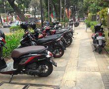 Pejalan Kaki Geram, Pelantikan Anggota DPRD DKI Jakarta Trotoar Dipenuhi Parkir Motor