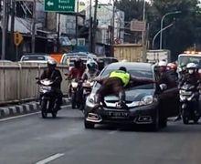Video Polisi Nyangkut di Kap Honda Mobilio Gegerkan Pemotor, Mobil Terus Melaju dan Sempat Dilempar Besi