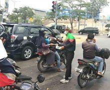 Banyak Asap di Jalan, Komunitas Ojol Bagikan Masker Gratis Kepada Pemotor di Batam
